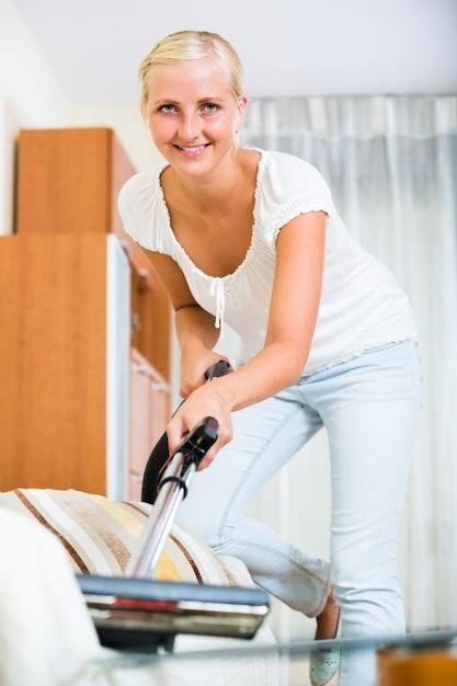 真空掃除機を持つ主婦 Premium写真