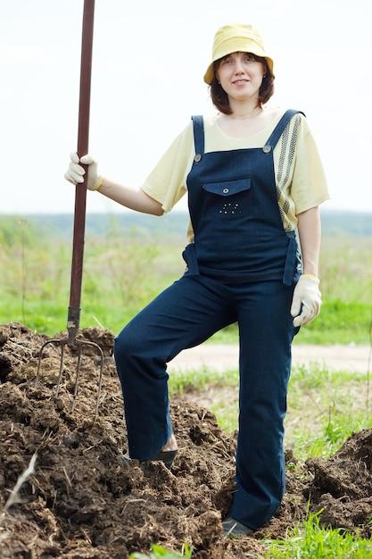 農夫は肥料で働く 無料写真