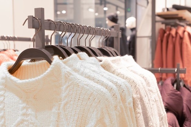 ファッション店でハンガーに服。 Premium写真
