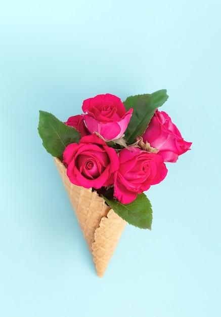 Вафельный рожок с букетом прекрасных роз Premium Фотографии