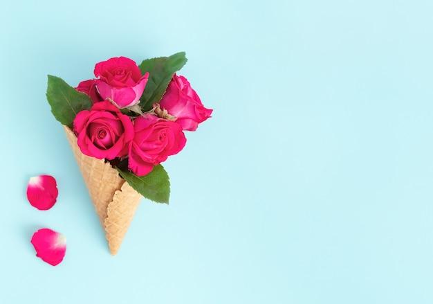 Вафельный рожок с букетом красивых роз Premium Фотографии