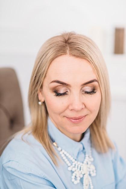 塗られた目は顔を作ります Premium写真