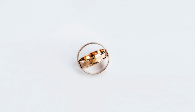 Желтые золотые кольца на белом Premium Фотографии