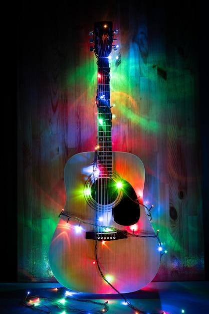 音楽の記憶のクリスマスホリデーライトの古典的なアコースティックギター Premium写真