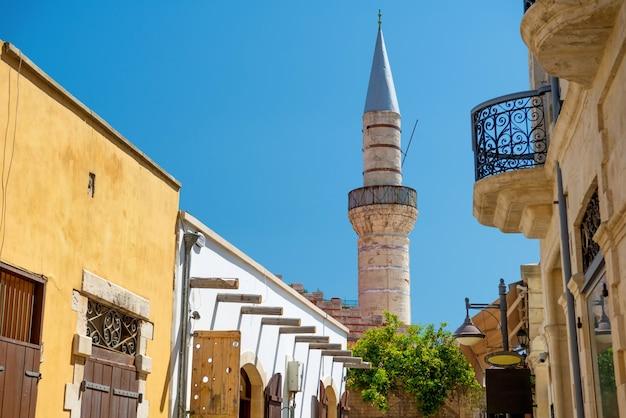 リマソールの旧市街。大モスク(カミケビール)に通じる通り。リマソール、キプロス 無料写真