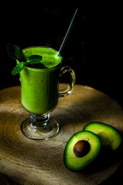 グリーンアボカドミルクセーキ。美味しくヘルシーなスムージー Premium写真
