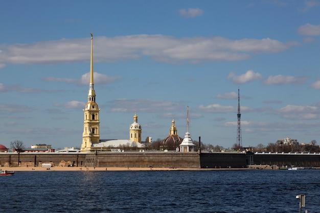Панорама санкт-петербурга. вид на петропавловскую крепость. Premium Фотографии