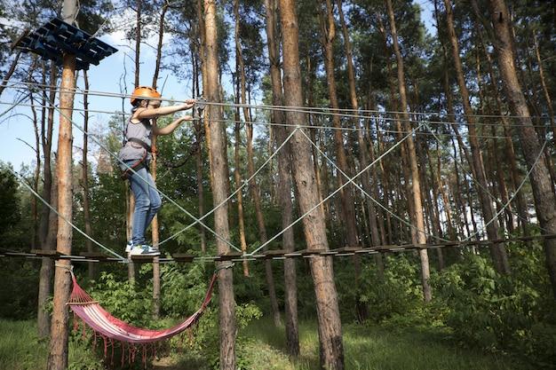 Ребенок проходит через участок веревочного парка Premium Фотографии
