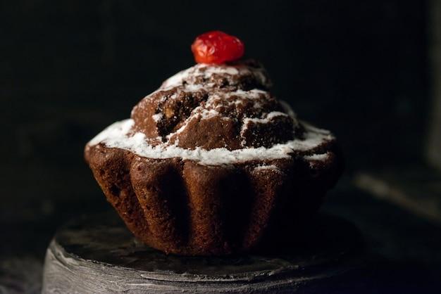 Домашний шоколадный торт с сушеными цукатами и ванильным порошком. Premium Фотографии