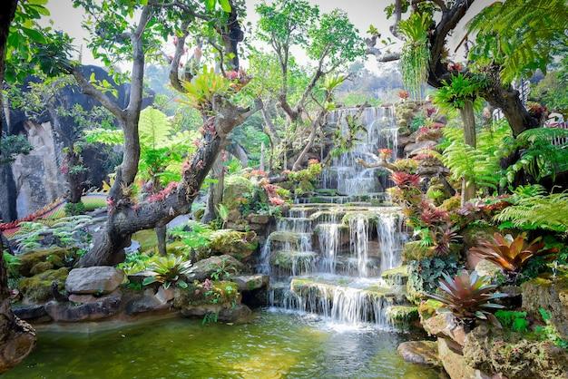 Водопады хуай мэй хамин в канчанабури, таиланд Premium Фотографии