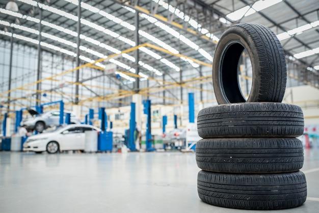 車のメンテナンスとサービスセンター。車両タイヤの修理および交換用機器。季節ごとのタイヤ交換 Premium写真