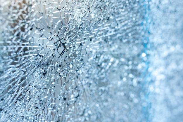 壊れた車のフロントガラスをクローズアップ。ティントブルー Premium写真