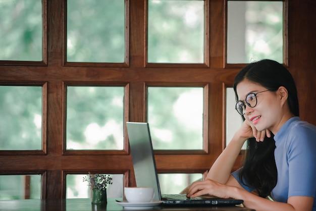 Красивые азиатские женщины имеют внештатную работу на дому или внештатную работу Premium Фотографии