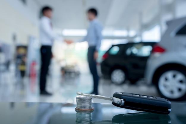 Соглашения о покупке новых автомобилей, новые автокредиты или подписание договоров с ключами от машины и денег Premium Фотографии