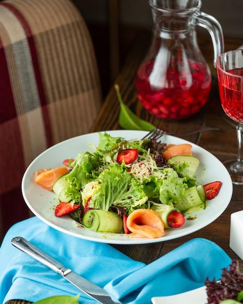 新鮮な野菜とおろしチーズのサーモンサラダ 無料写真