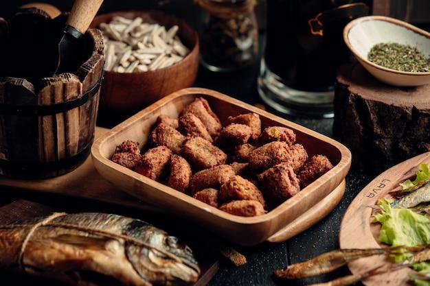 Куриные наггетсы как закуска к пиву на деревянной тарелке Бесплатные Фотографии