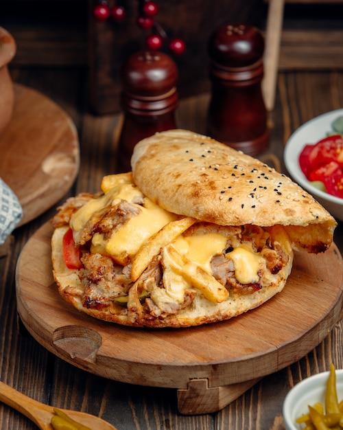 Куриная обертка донер с картофелем фри и овощами внутри Бесплатные Фотографии