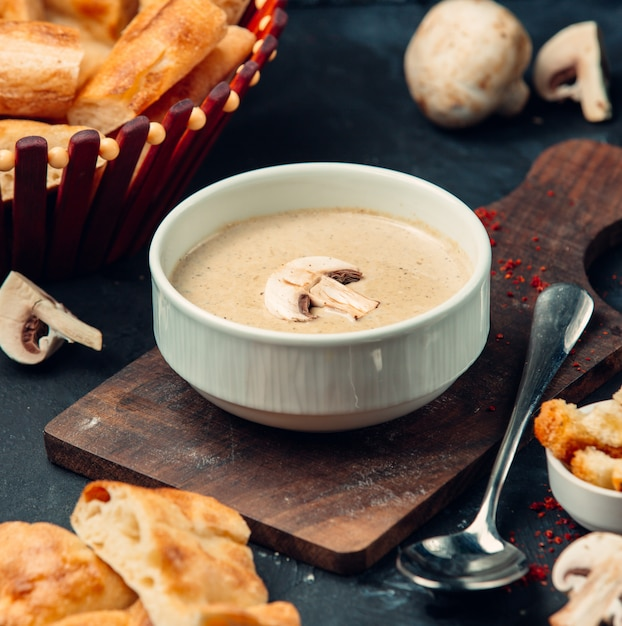 木の板に新鮮なキノコのスープ 無料写真