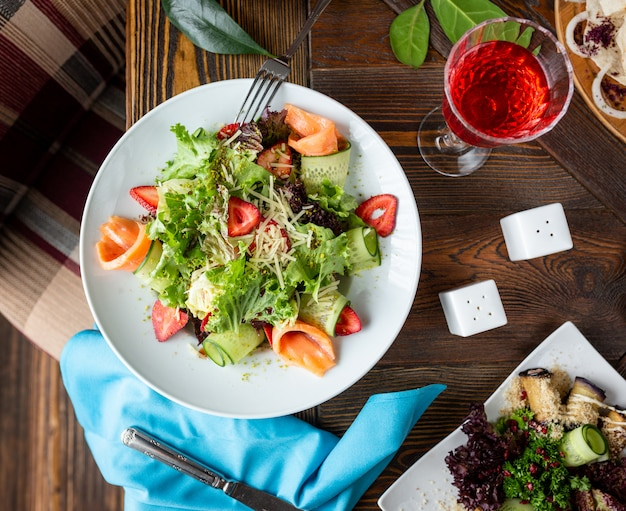 新鮮な野菜サラダとサーモン 無料写真