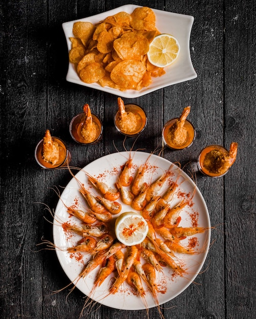 Вареные креветки с красным перцем и лимоном Бесплатные Фотографии