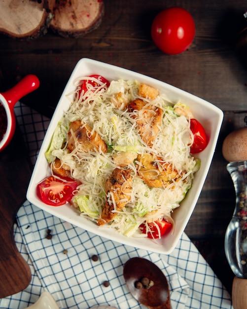 グリルチキンのシーザーサラダ 無料写真
