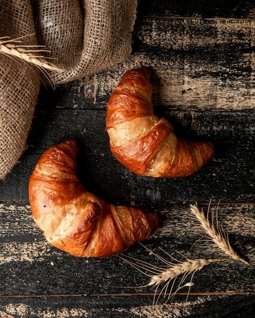 クロワッサンと小麦のテーブル 無料写真