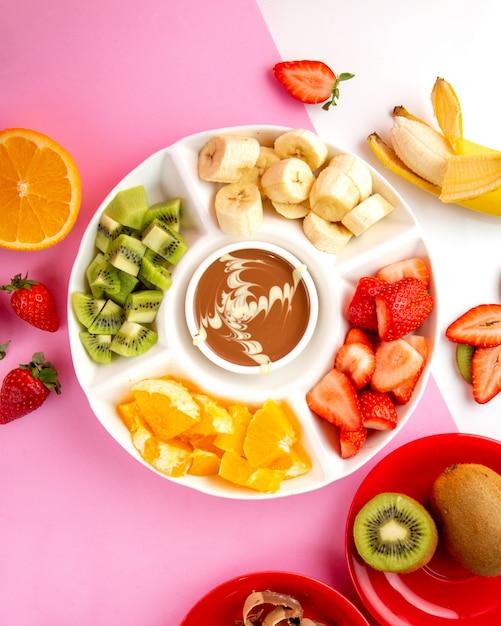 Фондю с шоколадом, киви, клубникой, бананом и апельсином Бесплатные Фотографии