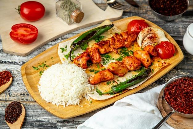 Куриный шашлык с рисом, вид сбоку Бесплатные Фотографии