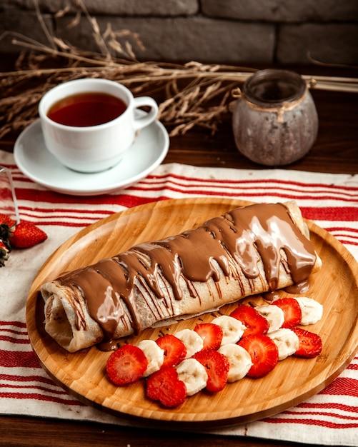 フルーツストロベリーバナナチョコレートティークレープサイドビュー 無料写真