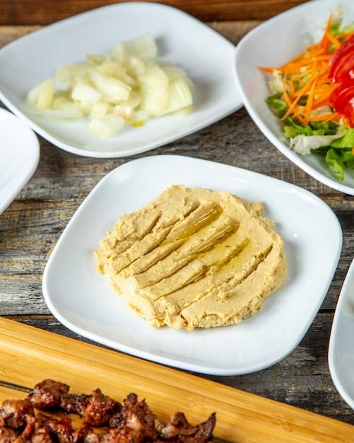 フムスひよこ豆レモンタヒニオリーブオイルの側面図 無料写真