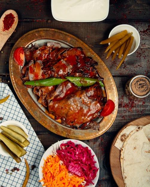 ケチャップをトッピングした揚げ肉とコショウ 無料写真