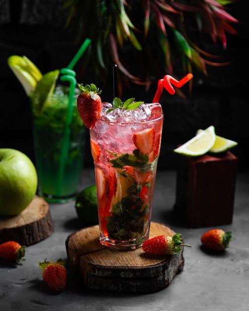 Свежий коктейль с клубникой и мятой Бесплатные Фотографии
