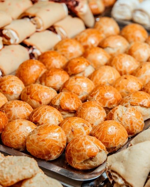 Крупным планом вид вкусной сладкой выпечки на металлическом блюде Бесплатные Фотографии