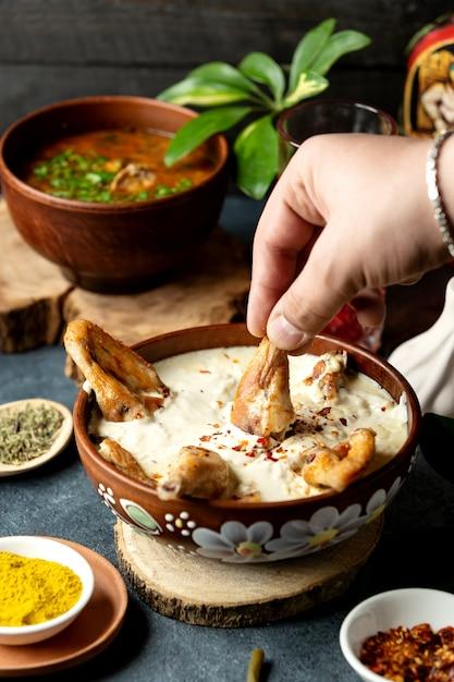 Вид сбоку запеченная курица с сыром в глиняной миске Бесплатные Фотографии
