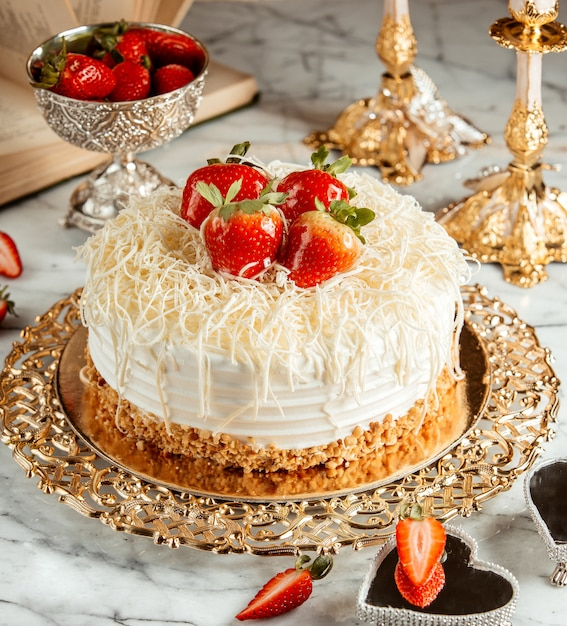 イチゴとパン粉が付いたケーキのシルバートレイの側面図 無料写真