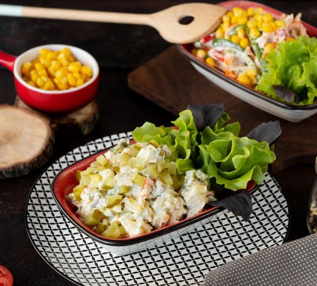 サラダ新鮮な野菜と漬物のマヨネーズをトッピング 無料写真