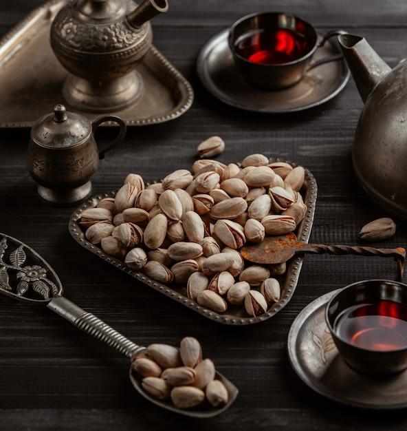 Сушеные фисташки и арабский чай Бесплатные Фотографии