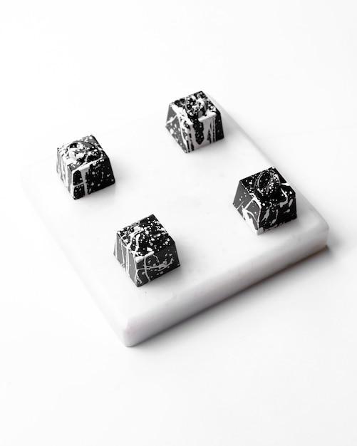 白地にホワイトチョコレートのハロウィンクッキーの側面図 無料写真