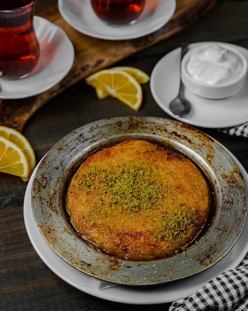 トルコのデザートクネフェピスタチオ添え 無料写真