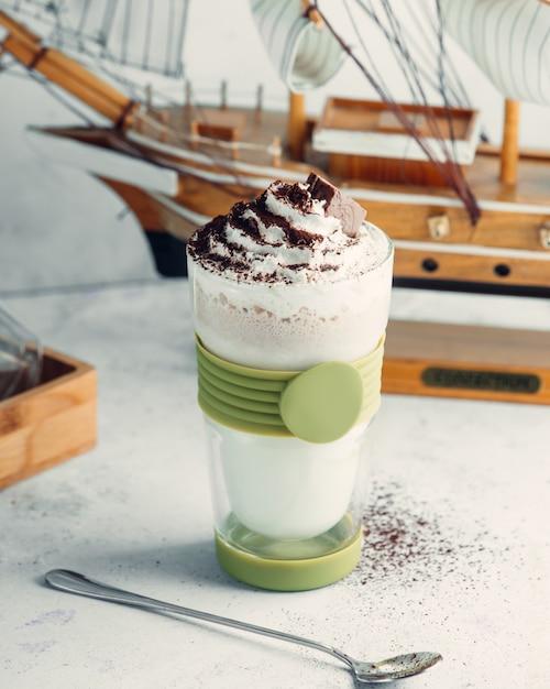 Шоколадный молочный коктейль в стакане со взбитыми сливками и шоколадом Бесплатные Фотографии