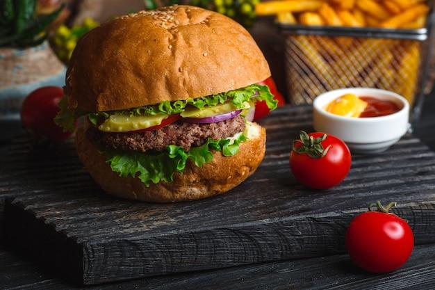 Классический гамбургер на деревянной доске Бесплатные Фотографии