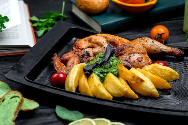 Жареная курица с картофелем на топочной доске Бесплатные Фотографии