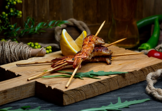 Жареные креветки на деревянной доске Бесплатные Фотографии