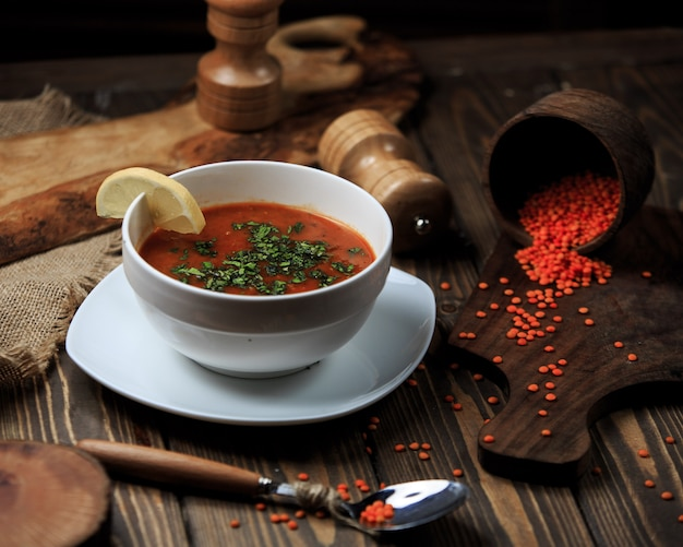 レモンとスパイスのボウルにトマトのスープ 無料写真
