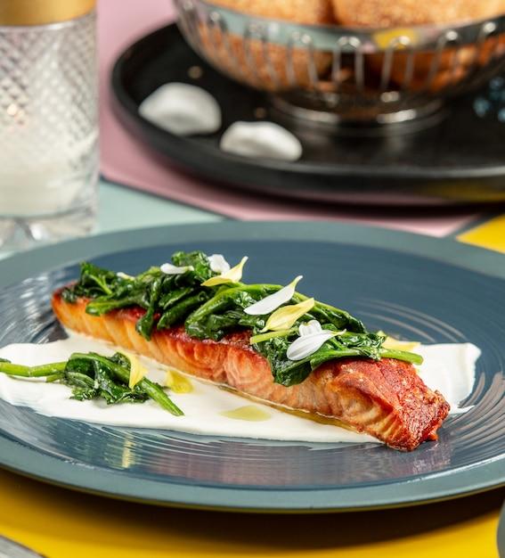 Жареный лосось на сливках с соусом из шпината Бесплатные Фотографии