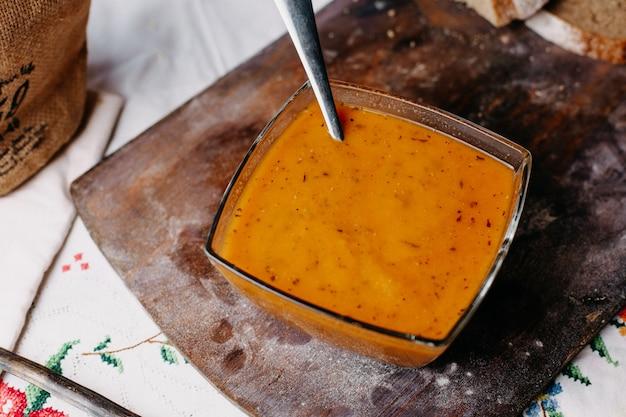 Апельсиновый суп овощной витамин богатый вкусный соленый перец на коричневом деревянном столе Бесплатные Фотографии