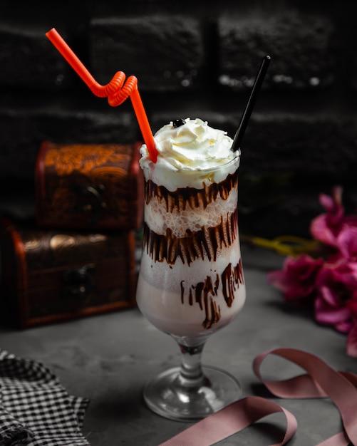 ホイップクリームとチョコレートとカプチーノミルクセーキのカップ 無料写真