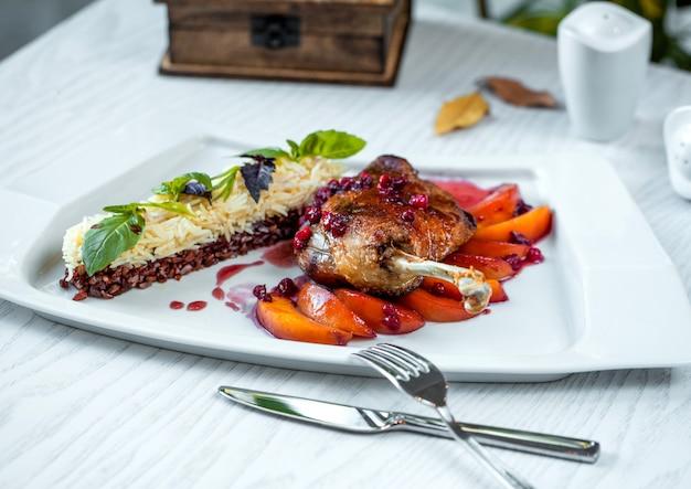 鶏もも肉のグリル、アプリコット添え、白米とタイ米 無料写真