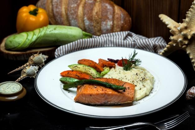 Норвежский лосось и картофельное пюре с отварными овощами Бесплатные Фотографии
