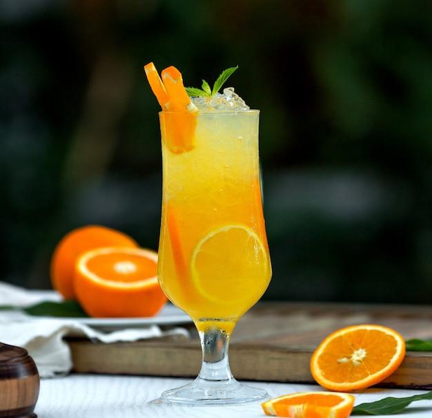 Апельсиновый коктейль со льдом и апельсиновыми дольками Бесплатные Фотографии